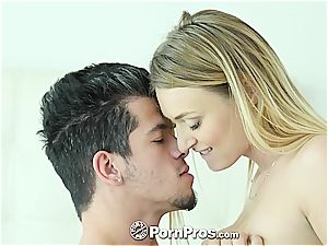 Natalia Starr railing her lover's chisel