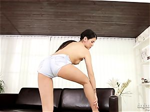 dark-haired beauty damsel Dee plays with her adorable pink coochie