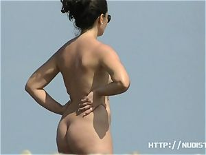 Alluring beach video of nudists luving the warm sun